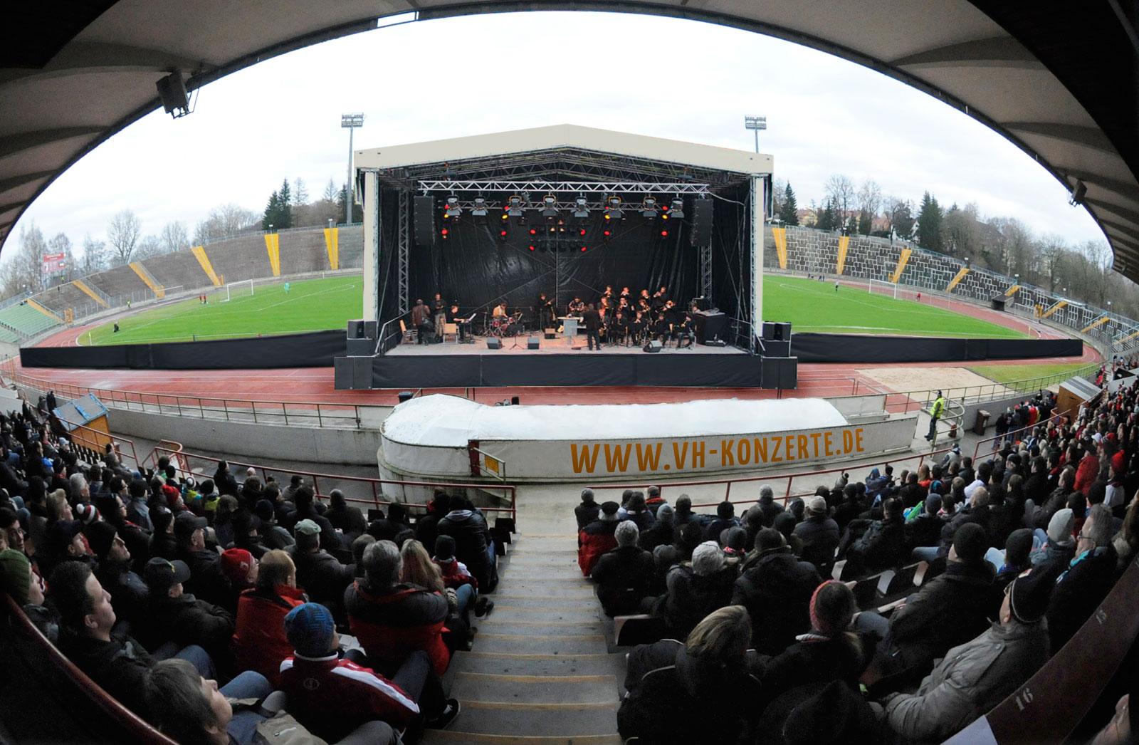 Bühne vor der Tribüne des Rosenaustadions (Foto-Montage)